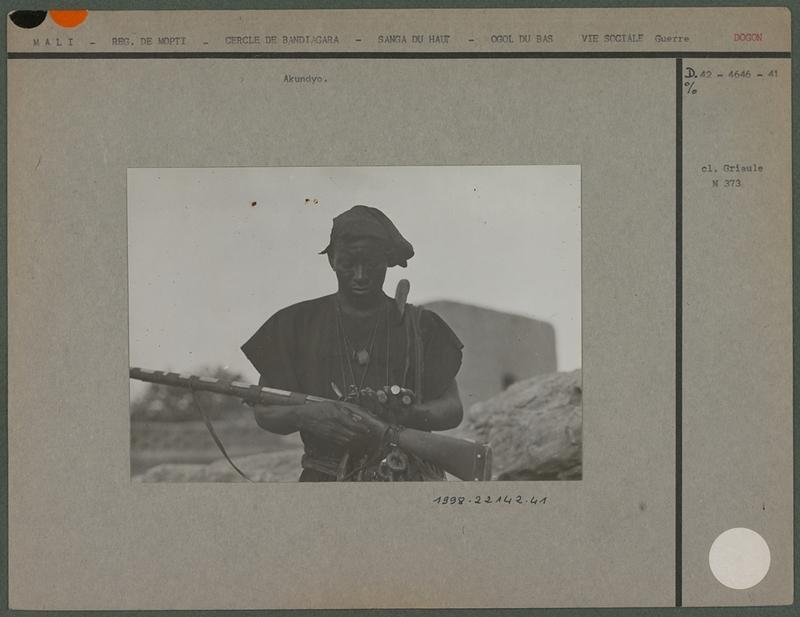 Carton de la photo d'Akundyo avec son fusil<br /> <br />