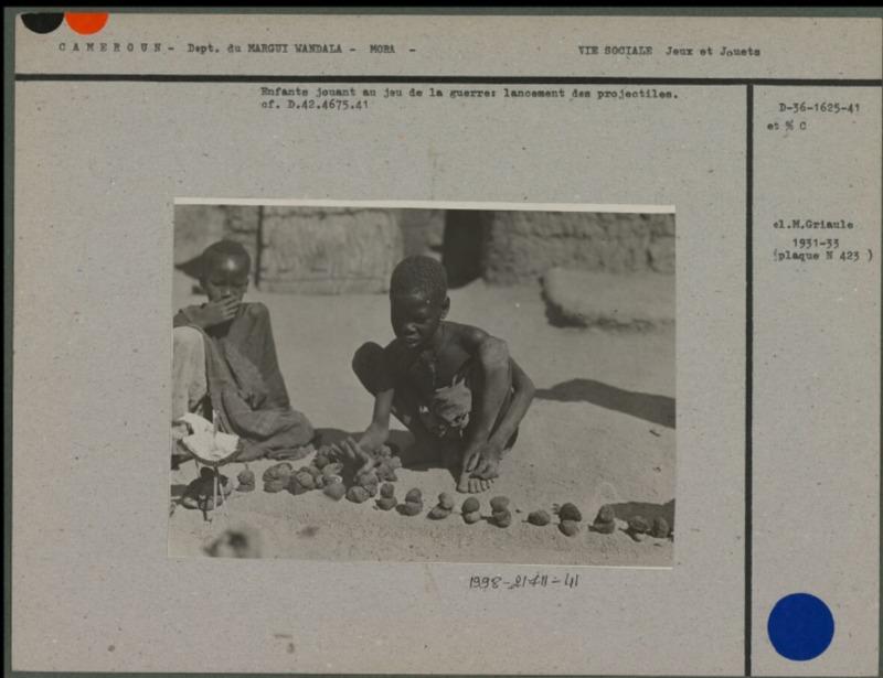 Enfants jouant au jeu de la  guerre (Cameroun)
