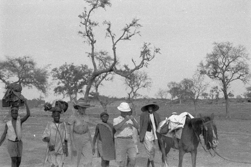 A pied et à cheval sur la route entre Mori et Amala.