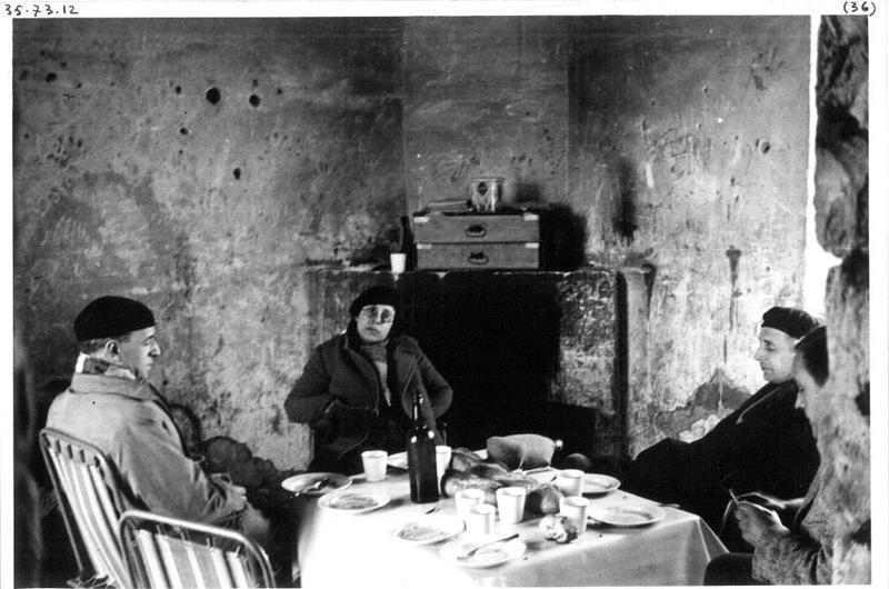 Déjeuner avant El Golea. Marcel Griaule, Deborah Lifchitz, André Schaeffner et Denise Paulme lors d'une escale sur la route qui les mène en pays dogon
