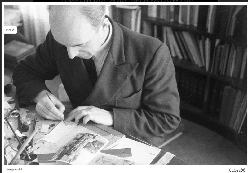 Marcel Griaule dessine dans son bureau un poteau sculpté dogon à partir d'un cliché de Sahara-Soudan