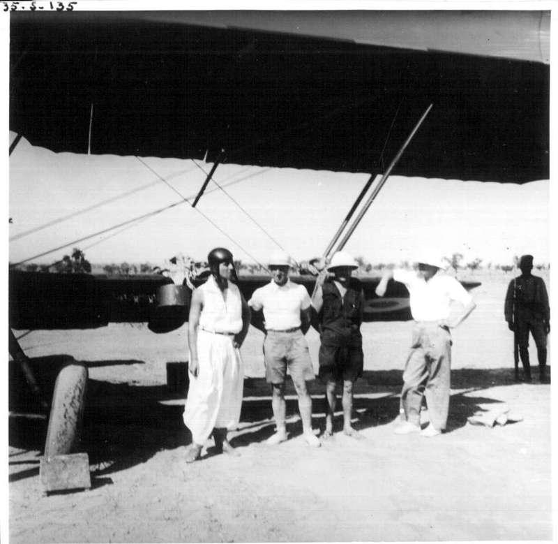 Griaule et le lieutenant Mutin devant l'avion