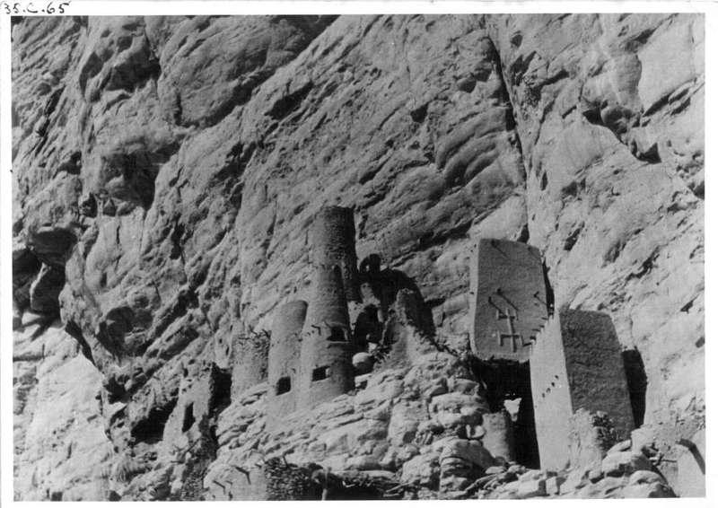 BANANI BANA - Greniers contre la paroi verticale de la falaise.  L'un avec figuration de Kanaga