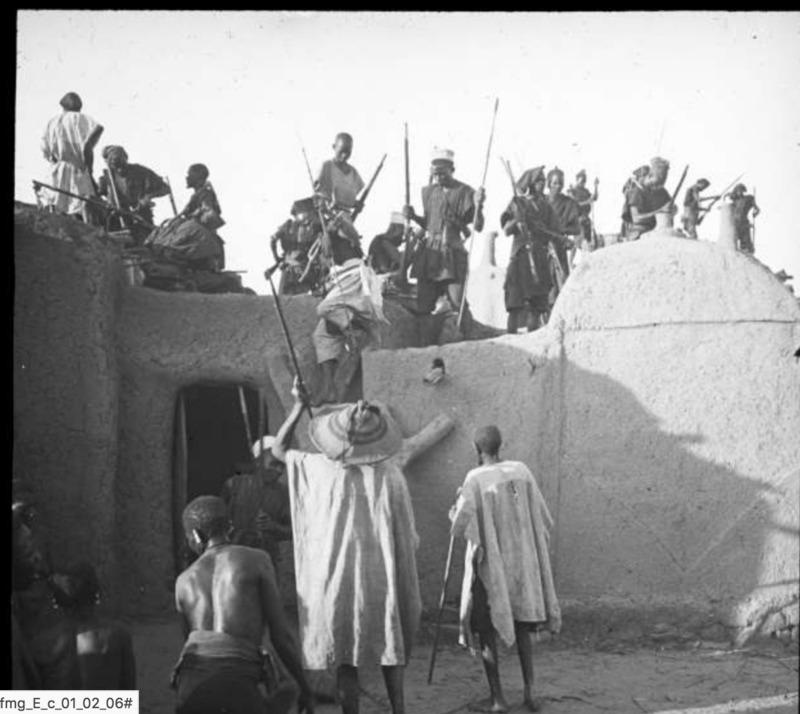 Funérailles dogon à Sanga : chasseurs sur la terrasse mortuaire (mission Dakar-Djibouti, octobre 1931)