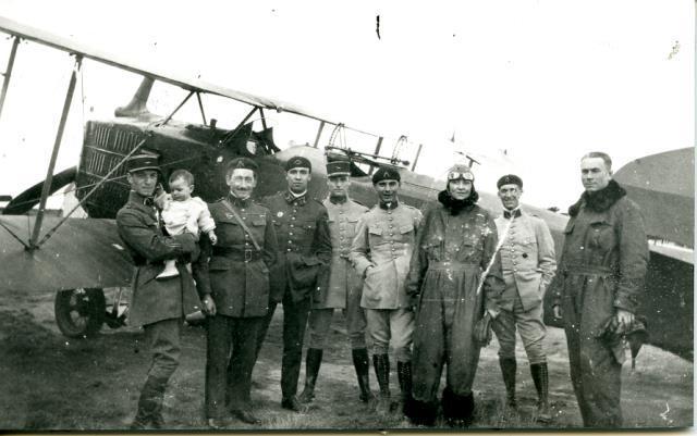Marcel Griaule officier  et ses filles sur le terrain d'aviation