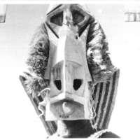 Sanga - Tête d'un danseur masque kanaga  - Pas d'épreuve - Gros plan (Légende photo : Masque kanaga des Dogons (Partie inférieure). Il symbolise  la 3ième arche descendue sur terre pour la réorganisation des hommes. Le mouvement en hélice de la descente est rappellé par les chevrons du haut. Griaule -