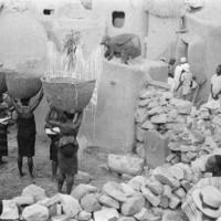 SANGA Ogolda  -Chez yebene de Gyenduma, paniers [de mil porté par] des femmes