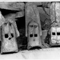 22-24   -  id [Banani Bansiri]  - Masques de cette caverne, alignés pour photo
