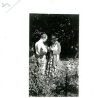 Chez Tiany, Marcel Griaule greffant des rosiers avec Marie Bonaparte,