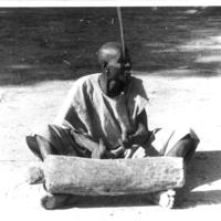 SANGA – Antandie reproduit une batterie de danses sur un tambour de bois