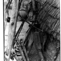 """12 - 13 - Crânes, sagaies, devant poteau de """"un"""" de yata [plantoire]"""
