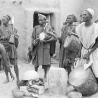 SANGA Diaminina - [Funérailles] Tambourinaires et couverture