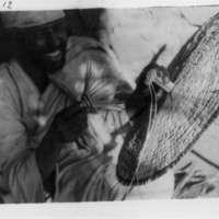[Ethiopie 1932 ]  - ( Novembre 1932  - Fabrication d'ombrelle) Le pompon va être posé