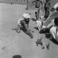 [Aribinda]  - Enfants fabriquant jouets terre (26/1/39)
