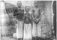Nettebulu - Les trois filles du chef et leurs poupées [cf. fiches 157-158-159]