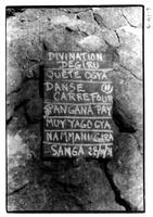 Ardoise avec les noms des jeux enfantins photographiés auparavant