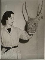 Denise Paulme [tenant un] masque pour danses religieuses bea