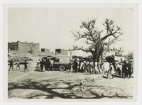 [1931, camion et assemblée au pays dogon à Sangha]