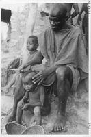 [Kundu Na ]  - Homme coiffant son enfant